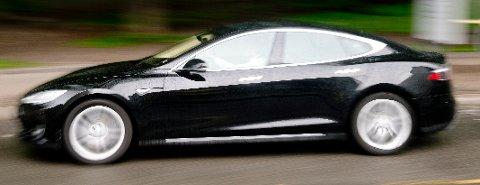 VOLKSWAGEN MOT TESLA: Torsdag ettermiddag kolliderte to personbiler, en Volkswagen og en Tesla på riksveg 3 ved Rena. Volkswagen-sjåføren ble anmeldt for brudd på aktsomhetsregelen i vegtrafikkloven, mens Tesla-sjåføren ble anmeldt for kroppskrenkelse fordi han skal ha tildelt førstnevnte flere slag i ansiktet etter sammenstøtet. Bilen på bildet har ingenting med saken å gjøre og er kun ment som en illustrasjon. Illustrasjonsfoto: Jon Olav Nesvold / NTB scanpix