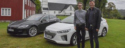 Miljøvennlig og moro: Sokneprest i Holt, Lars Lauvvik Ørland, kjøpte ny Tesla Model S75 for et halvt år siden. Sokneprest i Tvedestrand og Dypvåg,Eckhard Graune, kjøpte sin Hyundaai IONIQ i julegave til seg selv i fjor. Begge er strålende fornøyde med elbil.Foto: Mette Urdahl