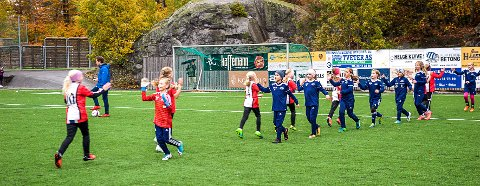 FLOTT: I 2014 innførte fotballen at alle lag skulle hilse før og etter kampen. Et godt tiltak.