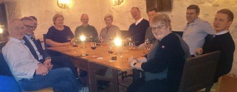 MAT OG FOREDRAG: Det var god stemning rundt bordet i Steinhuset torsdag kveld.