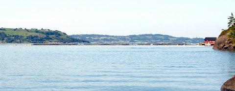 BLIR STØRRE: Fram til 2014 var det stålanlegg og maksimalt 3.120 tonn fisk i Langavika. Nå har Mattilsynet godkjent eit anlegg med plastringar og 6.720 tonn fisk.