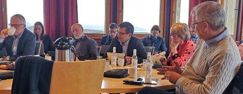 BREV: Fylkesutvalet med mellom anna Charles Tøsse (H) (til venstre), Torgeir Dahl (H), Frank Sve (Frp), Randi Karin Asbjørnsen (Sunnm) og Arild Iversen (KrF) har sendt brev til ministeren med krav om endring av kriteria for fordeling av midlane til utbygging av breiband. Det vart bestemt på møtet torsdag. Biletet er frå eit tidlegare møte i fylkesutvalet.