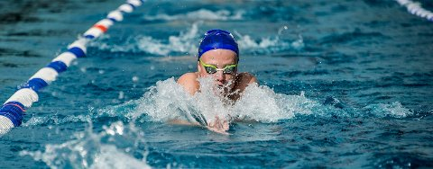 TEST: Mattis Grindalen Svendsen var første aktive svømmer som fikk teste Kongstenbadet.