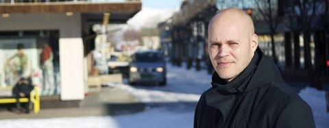 VIKTIG: – Lokal handel er viktig, og Mosjøen er et trivelig sted. Både for handel og kafébesøk. Vi har møteplassene og butikkene. Trivelig miljø med Sjøgata og kaféer, mener Espen Isaksen.