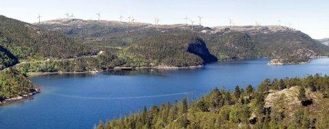 SNART SETTES TURBINENE OPP: Sørmarkfjellet vindpark sett fra Kleivvika nordvest for Jøssund. Kaianlegget hvor delene til vindturbinene blir losset ligger ved fjorden til venstre i bildet.