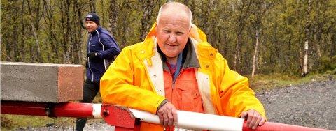 NEKTER Å BETALE: Per Rein (73) er ilagt et forelegg på 3000 kroner for hærverk etter å ha kuttet over en sperrebom i Tromsdalen i sommer. Han nekter å betale.