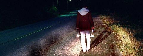 BRUK REFLEKS: Over halvparten av nordnorske fotgjengere har opplevd å nesten bli påkjørt i mørket. Trygg Trafikk oppfordrer til bruk av refleks.