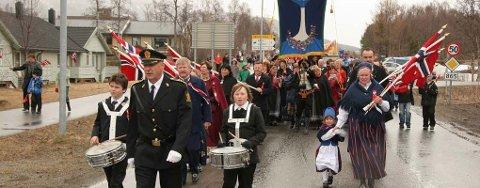 LOKALT TOG: Skoletoget på Kvaløysletta begynner å gå klokka 11.15 på nasjonaldagen. Arkivfoto: Ragnhild Enoksen