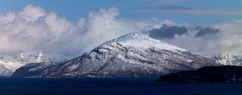 OMSTRIDT: Haukøya vest for Skjervøy er attraktiv for oppdrettsindustrien. Nå skal myndighetene ta stilling til utvidet kapasitet i anlegget på østsida, og en søknad fra MOWI om å etablere et helt nytt anlegg på vestsida.