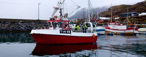 Sigrid Iversen og Trond Isaksen på vei ut fra Havna i Dunvik. De to produserer Boknafisk av råstoffet de fisker opp ved øya.