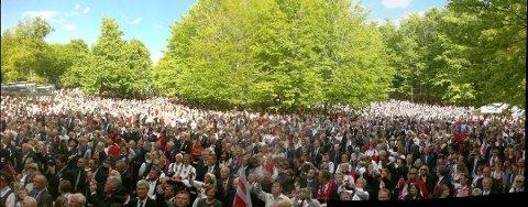 FINVÆR: Det ser ut til at vi kan glede oss til en strålende nasjonaldagsfeiring i år. Dette bildet viser folkehavet i Bøkeskogen i 2011. Da var det også bra vær.