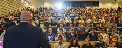 650 NYE STUDENTER: Sjefen sjøl, dekan Peer Jacob Svenkerud, ønsket velkommen til de nye studentene på Campus Rena.