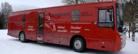 Bokbusssen vil ikke lenger stanse i Lurøy innland. – For oss er det veldig viktig at bokbussen er her. Den er en del av vår hverdag, sier Silvana Nickol.