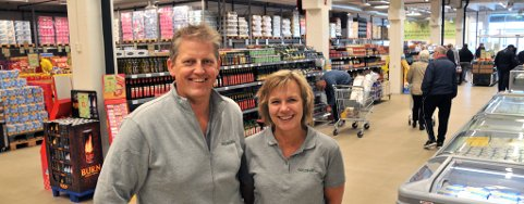 NY BUTIKK: Eier Tor Johansen og butikksjef Irene Petersen er glad for alle som fant veien til Kjørbekk mandag.