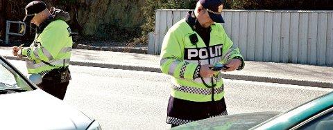 Fikk bøter: Flere bilister snakket i håndholdt mobiltelefon mens de kjørte i Tvedestrand i dag.