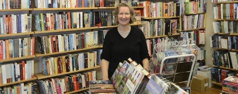 Utvalg: Hanne Riser, daglig leder i Kystbohandelen Kragerø, har nærmere 8000 boktitler i forretningen.