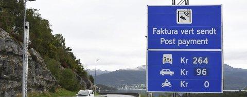 MEIR I KASSEN: Frå tidleg neste år må truleg også nullutsleppsbilane betala bompengar i Halsnøy-sambandet. (Arkivfoto).