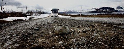 Skolebussen på vei fra Storvik. Det 30 år gamle ottadekket er mange steder smuldret bort, og steinene fra underlaget kommer opp. Foto: Ola Solvang