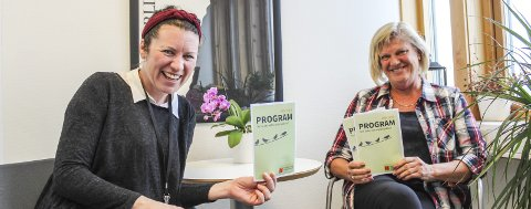 Nytt program: Kultursjef Hege Rui og kulturmedarbeider Else Reitan er for- nøyde med vårens spaserstokk-program, som de håper frister mange. Foto: Nina Blix