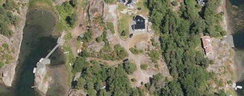 Her på Brøtsø ligger Neholmveien 69, Det er brygga ute til venstre søknaden gjelder. Den helt ytterste delen på skjæret er det søkt etterhåndsgodkjenning for, mens det litt lengre inn er søkt om å vedlikeholde.