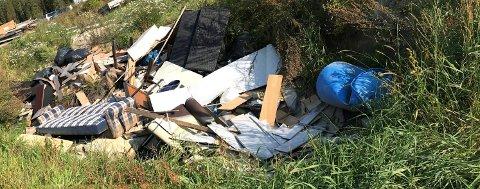 AVFALLSHAUG: Nedenfor et skur ble det oppdaget en stor avfallshaug med blant annet treverk, møbler, naturstein, bildekk, plastbeholdere og søppelsekker med ukjent innhold.