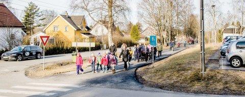 Førsteklassinger skal snart ut på skoleveien for første gang. Ås kommune går nå ut med råd til hageiere.