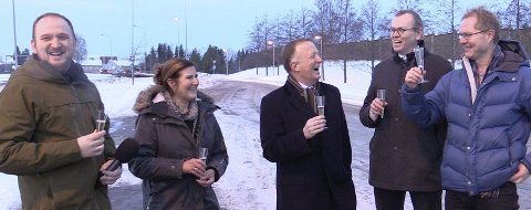 FRA FEST TIL ARBEID: Slik så det ut da samferdselsminister Jon Georg Dale (Frp, til venstre) i januar offentliggjorde at Nye Veier og direktør Finn Aamund Hobbesland (nummer to fra høyre) får oppdraget med å fullføre veien.