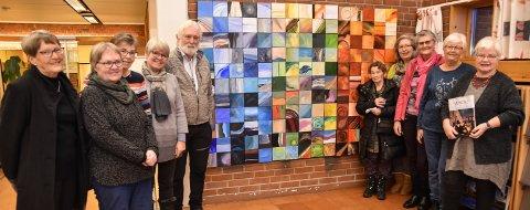 KUNSTNERKOLLEKTIVET: Malegruppa i Løten kunst- og håndverkforening har laget kunstverket i fellesskap, inspirert av Edvard Munch.