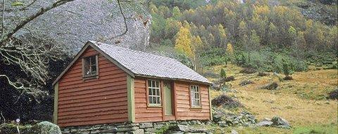 Hellaug: Hellaug var i middelalderen egen gård. Det er funnet rester etter langhus av forhistorisk type som tyder på eldgammel bosetting. Gården ble liggende øde etter Svartedauden ca 1350. Fra slutten av 1600-tallert ble den tatt i bruk som vårstøl og slåttemark for Vinje.  Stølen var i drift til utpå 1950-tallet.