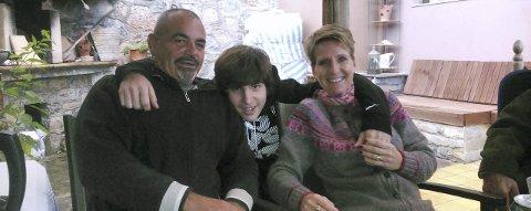 TRIVES til tross for krise: Lyssandros Stergiopoulos, sønnen Alexandros og Zamira Stergiopoulous Normann, som vokste opp på Auli i Nes, nyter livet til tross for at den økonomiske krisen i Hellas også går utover den personlige økonomien.Foto: Privat