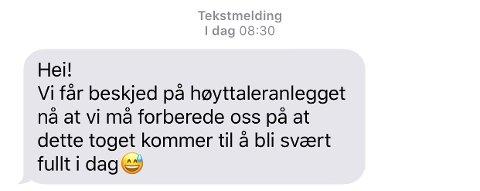 Tekstmeldingen er sendt av en togpassasjer, som pendler til Sandvika, tirsdag morgen.