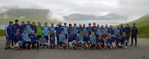 TATT GODT IMOT: Haugar G15 sammen med én av sine motstandere under sommerens fotballcup på Færøyene. – Folkene på Færøyene var både veldig hjelpsomme og gjestfrie, forteller lagleder for Haugar G15, Monica Handeland. FOTO: GEIR MAGNERUD