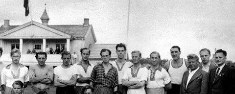 En kjempe: Frank Swift (nr. 4 fra høyre) var en kjempe av en keeper, men faktisk ikke høyere enn unge Einar Danielsen (nr. 7 fra høyre). Bildet er tatt foran en treningskveld¨på Lovisenlund sommeren 1946.