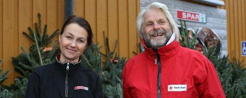 REKORD: Tom Mathisen i Tjøme og Hvasser Røde Kors og butikksjef Johanne Raiborg på Spar Tjøme gleder seg over Pantelotteri-rekord i Vestfold.