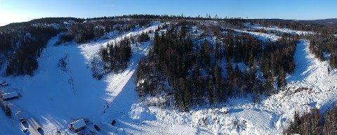 UTBYGGING: Den nye traseen kommer til høyre på vårt bilde. Alpinanlegget som har vært i bruk i 38 år ses til venstre. Kniplia ligger på fjellgrunn.