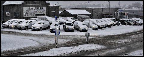 FORURENSER: Å la bilen stå på tomgang er ikke lurt, mener politiet. Torsdag gikk cirka 30 biler på tomgang hos RSA Bil, for å få vekk snøen på frontruta.
