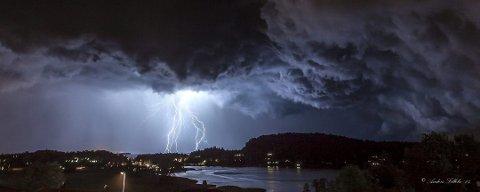 LYN OG TORDEN: Natt til fredag kunne man høre noen lynnedslag i området, det ser ikke ut til å være over med det første.