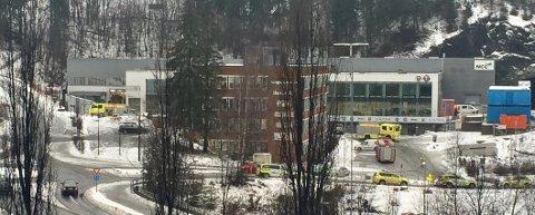 STORT OPPBUD: I tillegg til brannvesen, ambulanser og vanlige politipatruljer ble det sendt skarpskyttere til verkstedet i Sandvika.