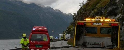 En bil traff autovernet og havnet i vannet i Glomfjord, lørdag kveld.
