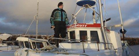SKIPPER: Leon Larsen Ludviksen er skipper på egen skute med fagbrev i fiske og fangst. Snart er han og sjarken «Hølagutt» klar for skreisesongen. Foto: Jarl G. Sandholm