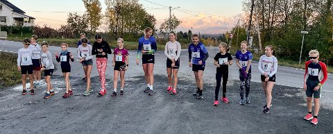 STARTKLARE: Deltakerne på den mellomste distansen klare til å løpe opp Lauvhøgda.