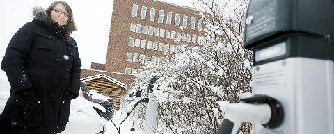 For dårlig: Jeanette Worm-Petersen savner elbil-ladere i både Ski sentrum og i blokka hun bor i på Vevelstadåsen.foto:ole Kr. Trana