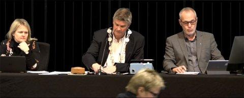 TØFFE TAK: Turid Løsnæs på vei opp på talerstolen i onsdagens kommunestyremøte. Der fikk ordfører Erik Bringedal sitt pass påskrevet. Her sammen med assisterende rådmann Ingvild Aarthun og varaordfører Rune Høiseth.