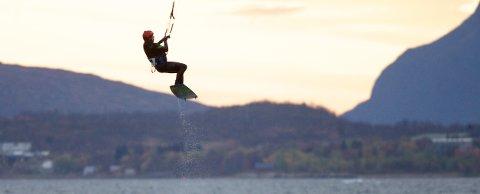 Knut Fyhn svever over bølgene ved Langnes. Området er et paradis for kiterne, drageflygerne. Foto: Ola Solvang