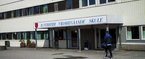 USIKKER FRAMTID: Hordaland fylkeskommune vil legga ned Austrheim VGS, men skulen kjempar det den kan for sin eksistens. Arkivfoto: Yngve Garen Svardal