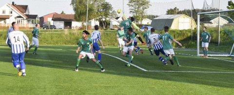 Fra Enebakk - Skogbygda (0-2) på Vidotta i 2016. Enebakks keeper og nr. 16 Arndt Kubosch får ballen unna når gjestene angriper i 1. omgang.
