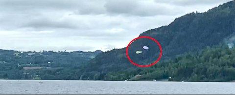 Øvelse: Her styrter paraglideren i Mjøsa under en øvelse med Hedemarken Luftsportklubb.