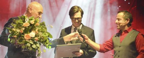 For minnebøkene: Jens Listrup og IKEA vant byggeskikkprisen i 2016. Arthur Buchardt delte ut prisen, og kultursjef Asle Berteig intervjuet prisvinneren. - En klassiker det der, melder Listrup i dag. Han er trolig verdens eneste som har mottatt en byggeskikkpris for et Ikea-varehus.