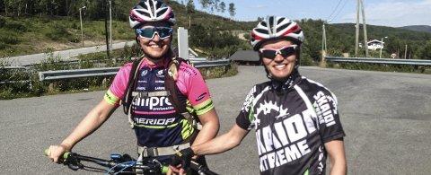 GLEDER SEG: Linda Isaksen (til venstre) og Monica Kvamme Størdal fra Hammerfest. Foto: Oddgeir Isaksen