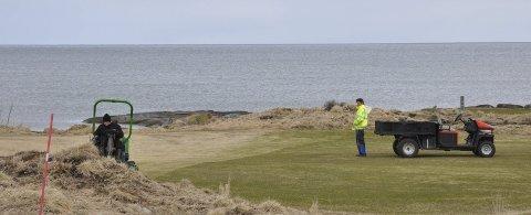 I full sving med forberedelser: Det blir jobbet på golfbanen på Gimsøy for å gjøre alt klart til sesongstarten neste helg.Foto:øystein Ingebrigtsen